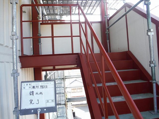 階段のサビ止めを塗装したところです。搭屋鉄骨同様、上塗り塗料を2回塗装します。