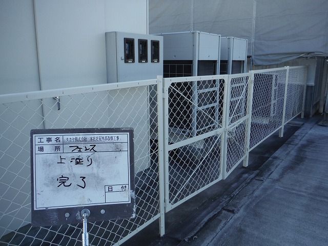 フェンスも錆止めをケレンで除去して塗装しました。
