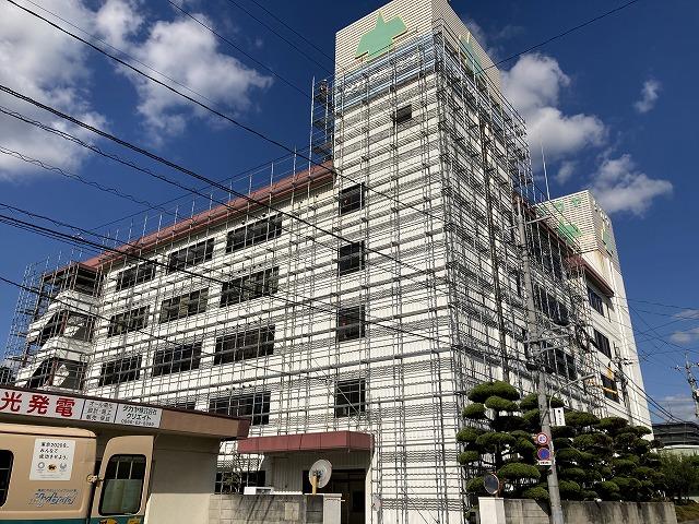 ビルの塗装前の全景です。