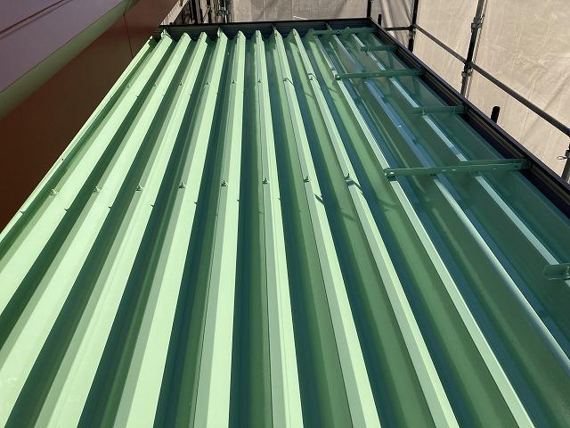 折半屋根は下塗りにサビ止め入れて塗装しています。