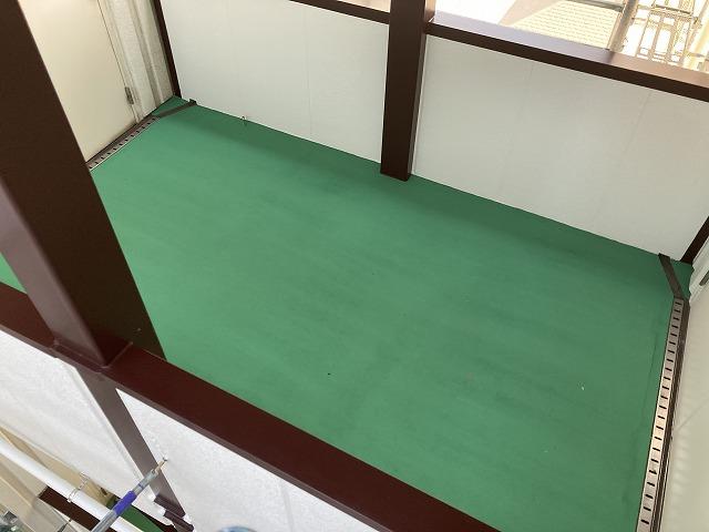 渡り廊下床の塗装完成です。